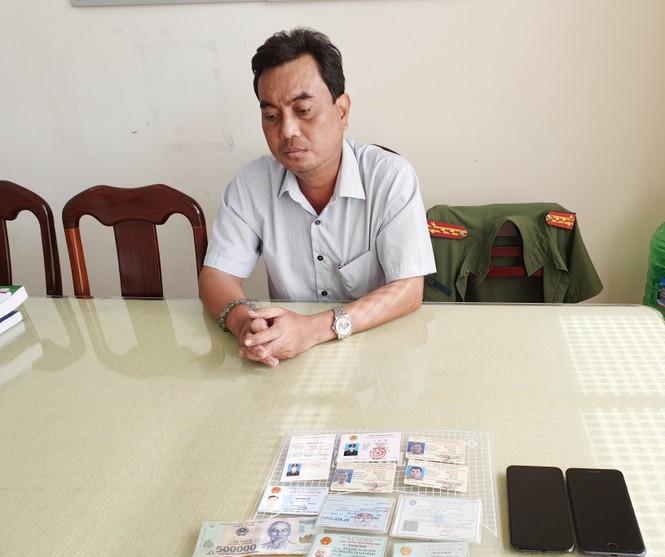 Đối tượng giả danh Phó Cục trưởng 'thăm' Công an huyện bị khởi tố tội lừa đảo - ảnh 1
