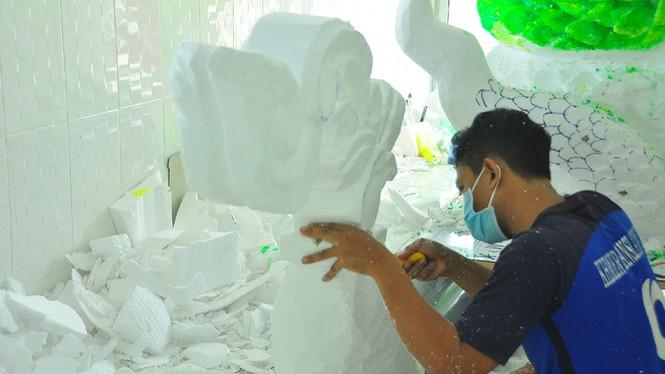 Sinh viên Trà Vinh tất bật làm hoa đăng phục vụ lễ hội Ok Om Bok - ảnh 7