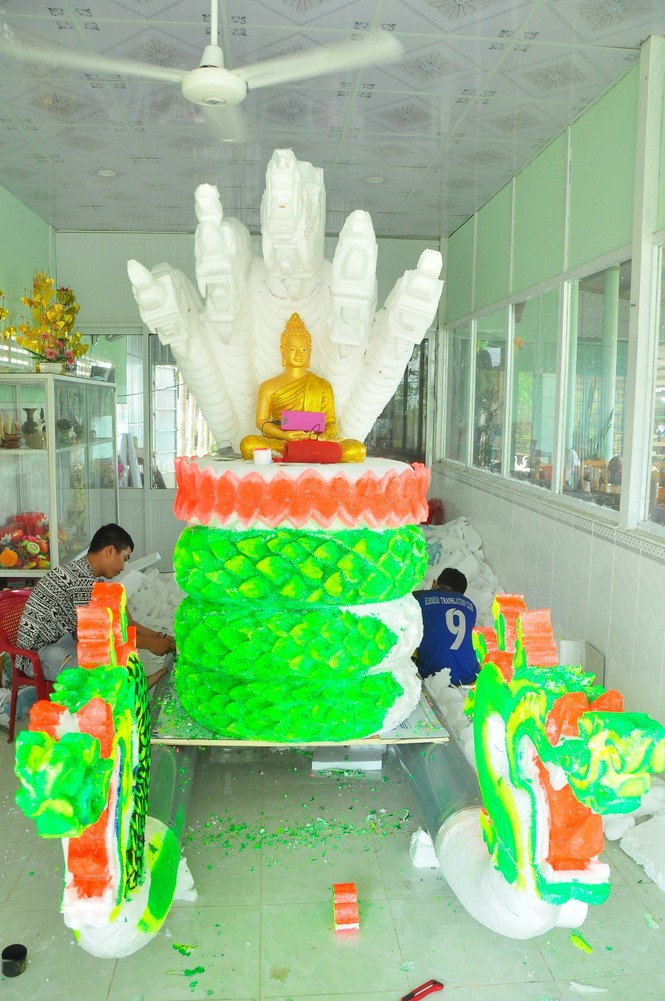 Sinh viên Trà Vinh tất bật làm hoa đăng phục vụ lễ hội Ok Om Bok - ảnh 2