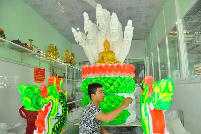 Sinh viên Trà Vinh tất bật làm hoa đăng phục vụ lễ hội Ok Om Bok - ảnh 1