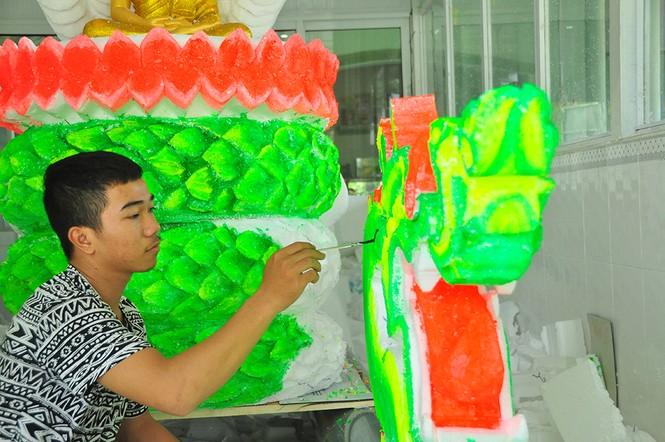 Sinh viên Trà Vinh tất bật làm hoa đăng phục vụ lễ hội Ok Om Bok - ảnh 3