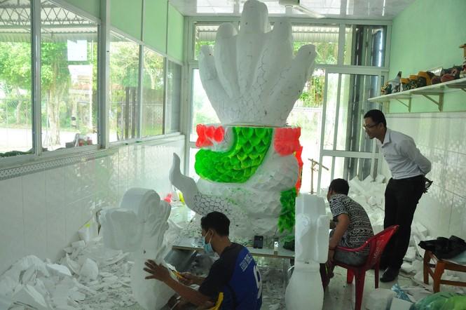Sinh viên Trà Vinh tất bật làm hoa đăng phục vụ lễ hội Ok Om Bok - ảnh 5