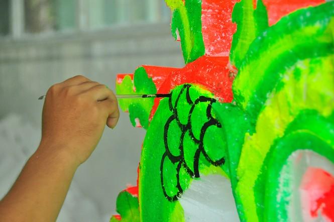 Sinh viên Trà Vinh tất bật làm hoa đăng phục vụ lễ hội Ok Om Bok - ảnh 6