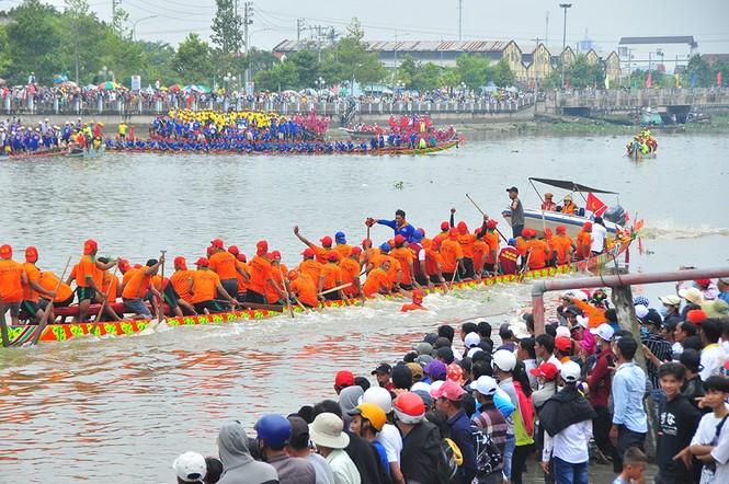 Nghìn người đứng chật kín bờ sông cổ vũ đua ghe ngo - ảnh 14