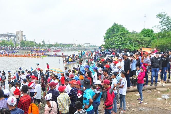 Nghìn người đứng chật kín bờ sông cổ vũ đua ghe ngo - ảnh 4