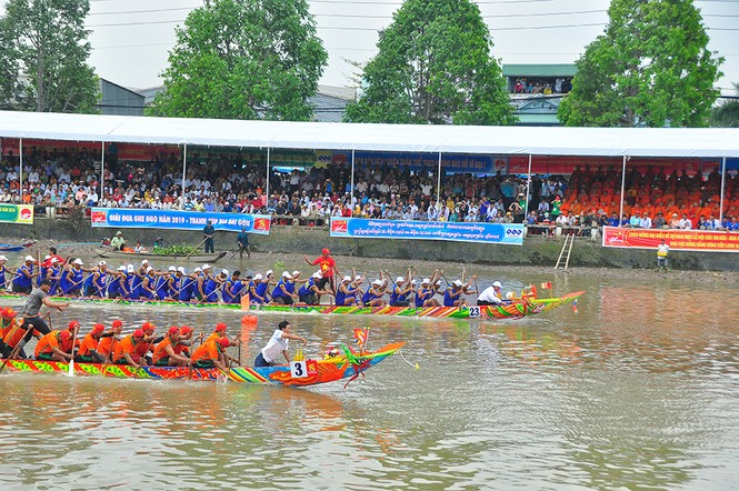 Nghìn người đứng chật kín bờ sông cổ vũ đua ghe ngo - ảnh 2
