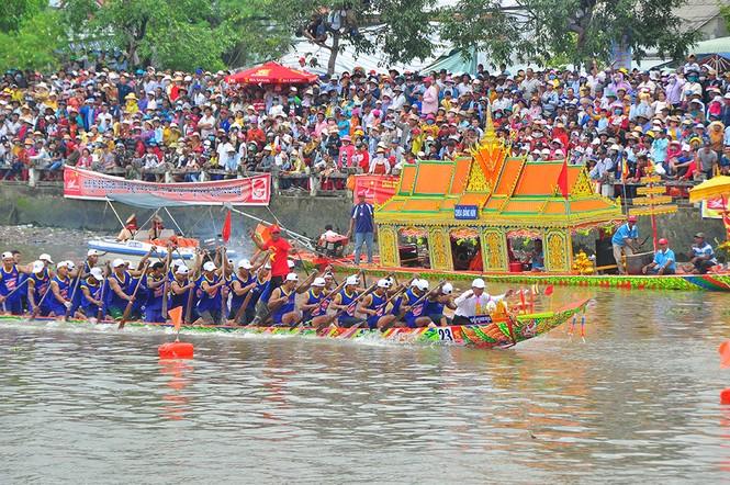 Nghìn người đứng chật kín bờ sông cổ vũ đua ghe ngo - ảnh 5