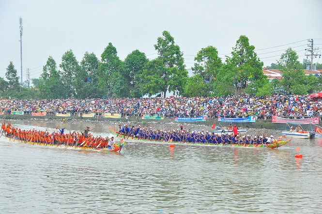 Nghìn người đứng chật kín bờ sông cổ vũ đua ghe ngo - ảnh 6