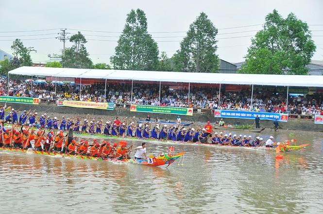 Nghìn người đứng chật kín bờ sông cổ vũ đua ghe ngo - ảnh 7