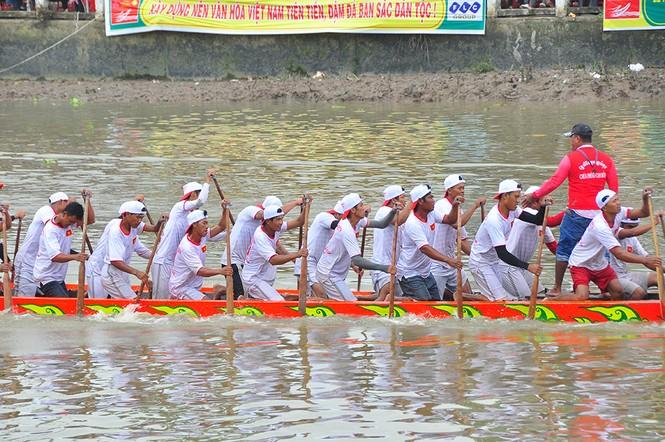 Nghìn người đứng chật kín bờ sông cổ vũ đua ghe ngo - ảnh 8