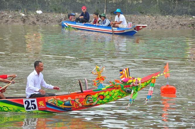 Nghìn người đứng chật kín bờ sông cổ vũ đua ghe ngo - ảnh 15