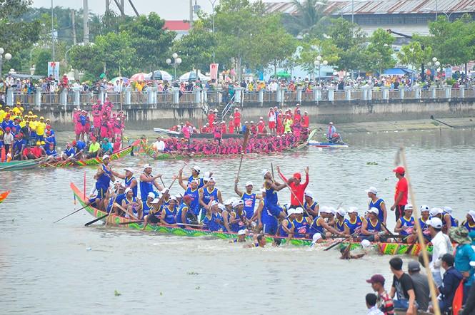 Nghìn người đứng chật kín bờ sông cổ vũ đua ghe ngo - ảnh 16