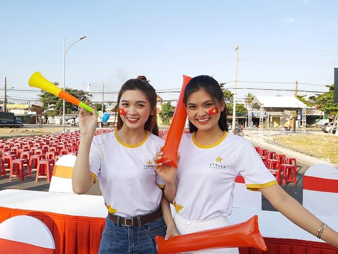 Bạn trẻ Tây Đô háo hức cổ vũ đội tuyển U22 Việt Nam - ảnh 1