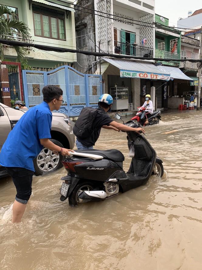 Áo xanh tình nguyện giúp dân vượt qua 'biển nước' - ảnh 3
