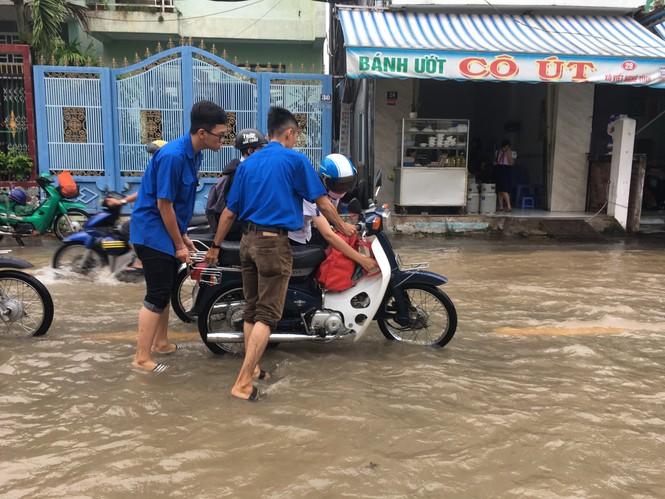 Áo xanh tình nguyện giúp dân vượt qua 'biển nước' - ảnh 5