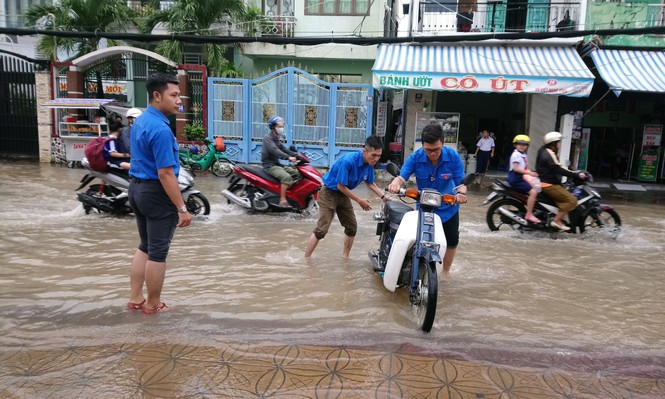 Áo xanh tình nguyện giúp dân vượt qua 'biển nước' - ảnh 4