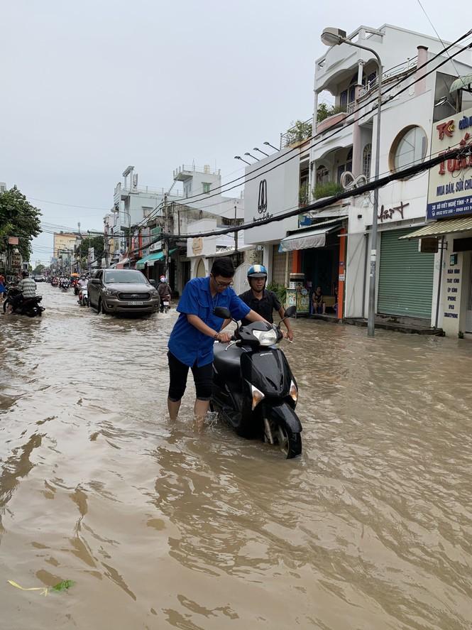 Áo xanh tình nguyện giúp dân vượt qua 'biển nước' - ảnh 2