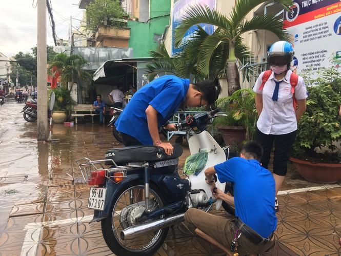 Áo xanh tình nguyện giúp dân vượt qua 'biển nước' - ảnh 6