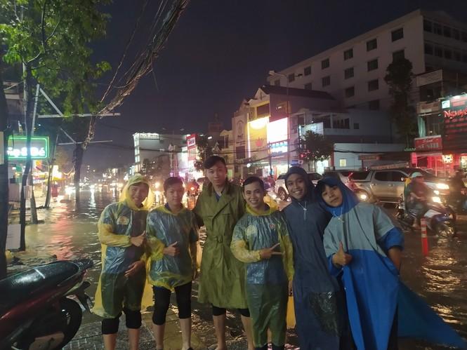 Áo xanh tình nguyện giúp dân vượt qua 'biển nước' - ảnh 11