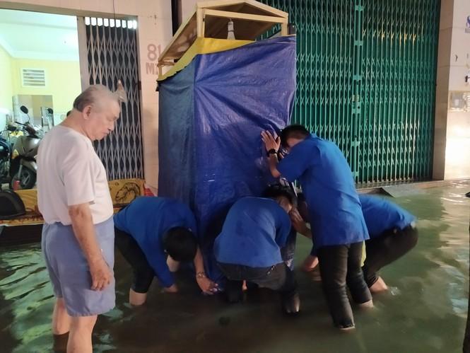 Áo xanh tình nguyện giúp dân vượt qua 'biển nước' - ảnh 7