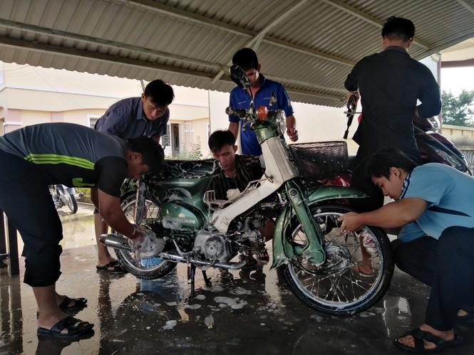 Đoàn viên thanh niên 'xứ Dừa' rửa xe gây quỹ ủng hộ đồng bào miền Trung - ảnh 2