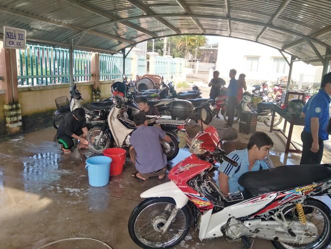 Đoàn viên thanh niên 'xứ Dừa' rửa xe gây quỹ ủng hộ đồng bào miền Trung - ảnh 3
