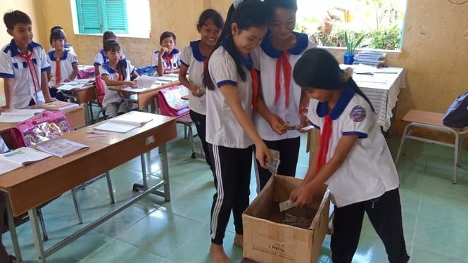 Cảm động với hình ảnh học sinh dân tộc ủng hộ đồng bào miền Trung - ảnh 3