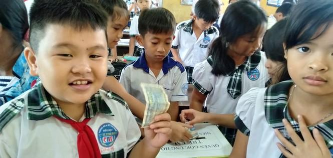 Cảm động với hình ảnh học sinh dân tộc ủng hộ đồng bào miền Trung - ảnh 4