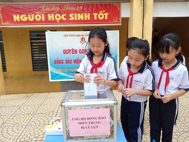 Cảm động với hình ảnh học sinh dân tộc ủng hộ đồng bào miền Trung - ảnh 1
