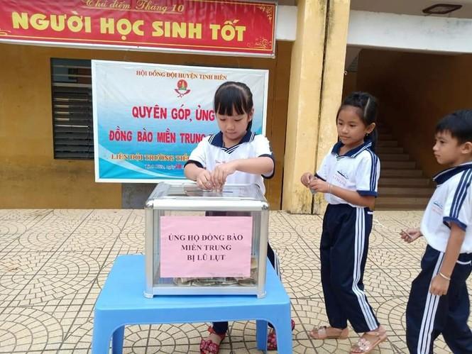 Cảm động với hình ảnh học sinh dân tộc ủng hộ đồng bào miền Trung - ảnh 2