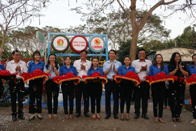 Hội đồng đội Trung ương tặng sân chơi cho thiếu nhi Đồng Tháp gần 1 tỷ đồng - ảnh 2