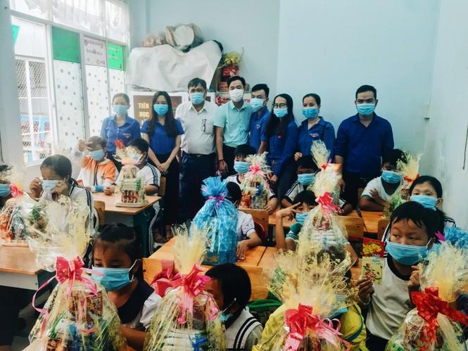 Tỉnh đoàn An Giang mang niềm vui đến trẻ em cơ nhỡ dịp đầu năm mới - ảnh 2