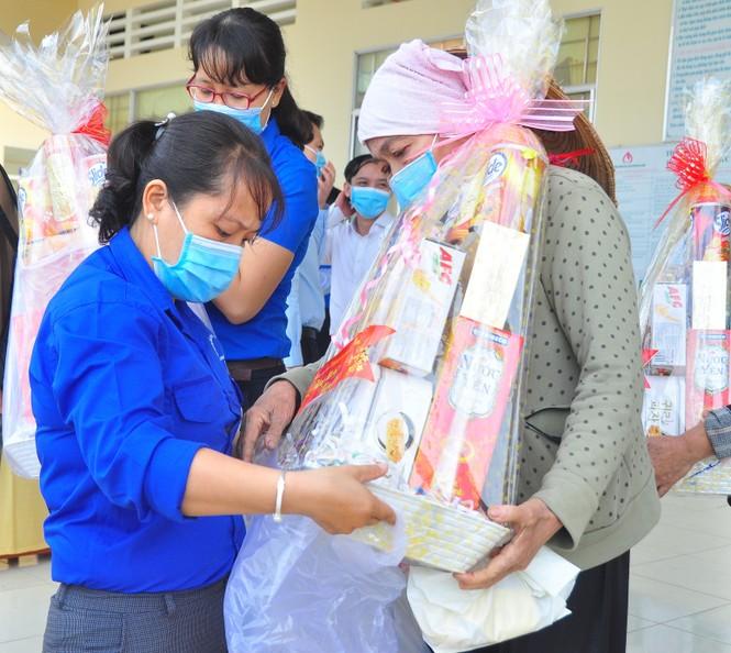 Trung ương Đoàn tặng gần 1 tỷ đồng cho người dân Đồng Tháp vui xuân, đón tết - ảnh 13