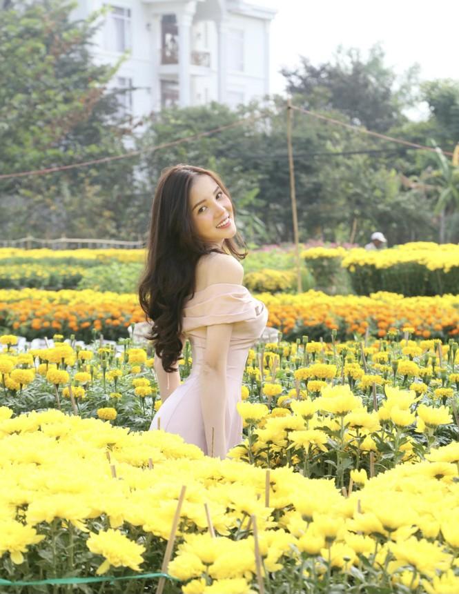 Hoa khôi Thúy Vi sắc vóc gợi cảm bên làng hoa đón Xuân - ảnh 1