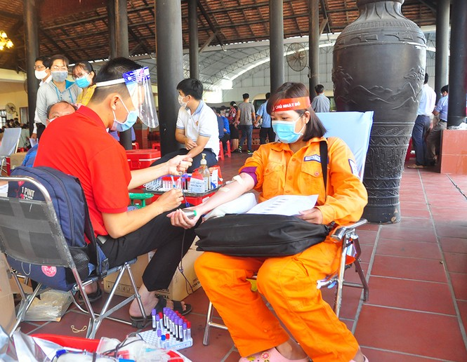 Female police soldier excitedly on Red Sunday blood donation festival - photo 10