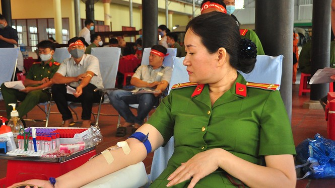 Female police officer is excited about blood donation festival Red Sunday - photo 8