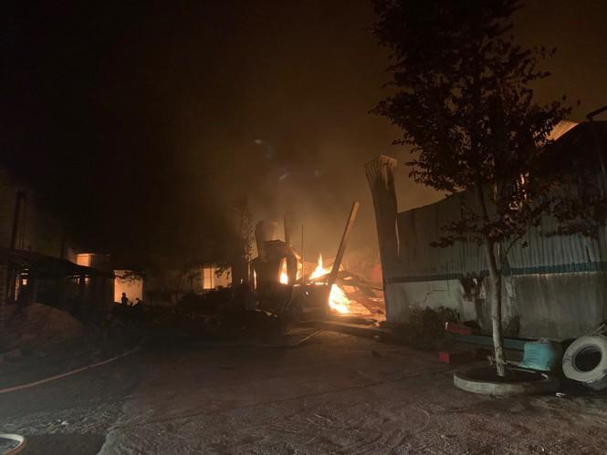 Cháy xưởng đũa ở Thanh Hóa lúc nửa đêm - ảnh 1