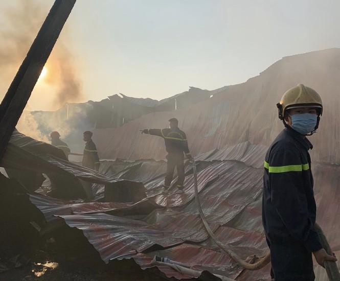 Cháy xưởng đũa ở Thanh Hóa lúc nửa đêm - ảnh 2