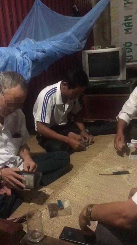 Dân quay clip, tố Bí thư và Phó Chủ tịch xã đánh bài ăn tiền tại công sở - ảnh 1