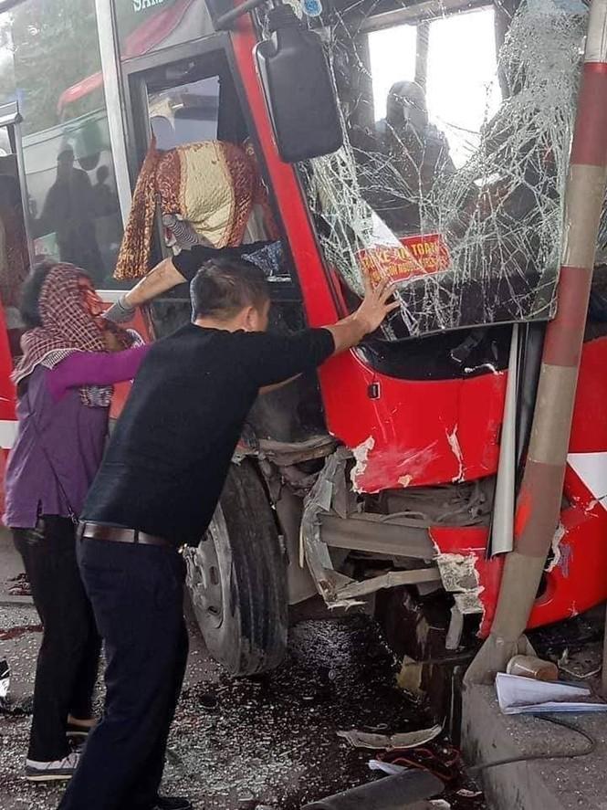Xe khách đâm nát ca-bin trạm thu phí, 5 người bị thương - ảnh 1
