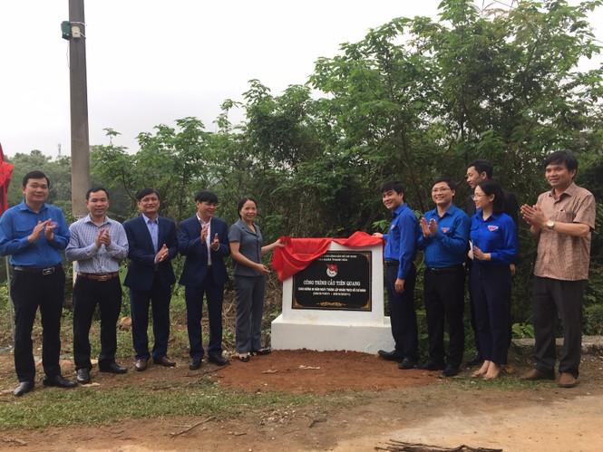 Khánh thành cầu mới giúp hàng trăm trẻ đến trường mùa mưa lũ - ảnh 4