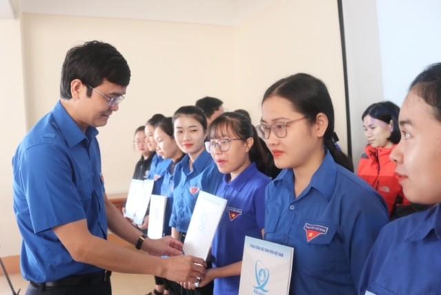 TƯ Đoàn thăm, tặng quà học sinh, sinh và nhân dân vùng lũ - ảnh 1