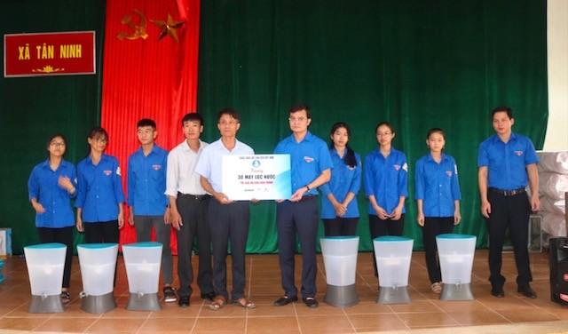 TƯ Đoàn thăm, tặng quà học sinh, sinh và nhân dân vùng lũ - ảnh 3