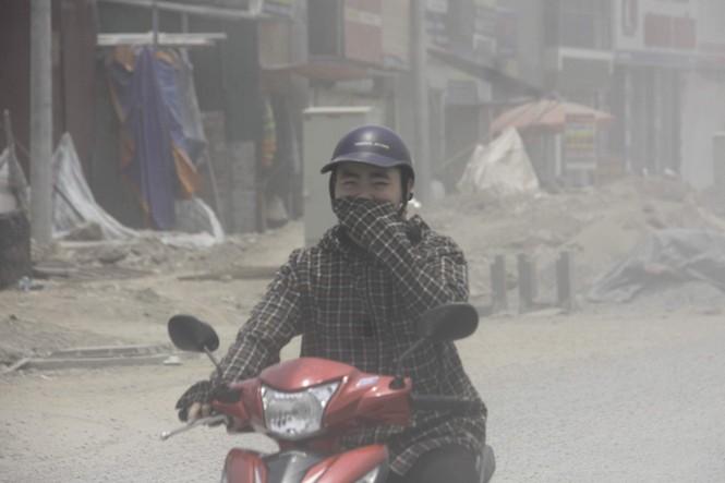 Đại công trường gây bão bụi mờ mắt người dân Hà Nội - ảnh 7