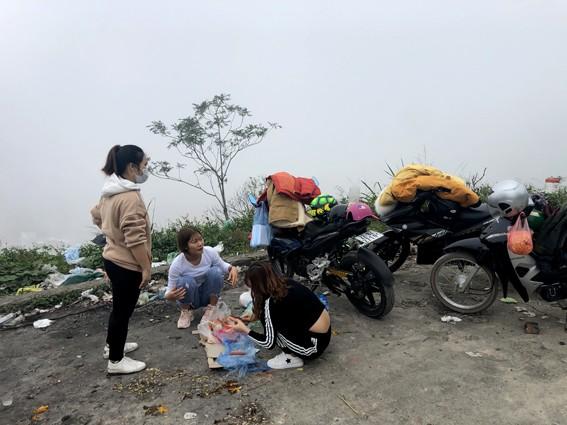 Nhức nhối 'phượt trẻ' vô tư xả rác trên đỉnh Tam Đảo - ảnh 1