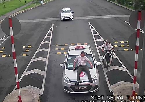 Tài xế taxi hất bảo vệ lên nắp capo - ảnh 1
