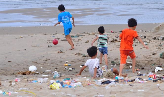 Bờ biển đẹp trở thành bãi chứa hàng tấn rác thải - ảnh 10
