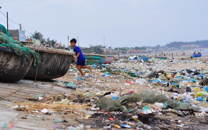Bờ biển đẹp trở thành bãi chứa hàng tấn rác thải - ảnh 16