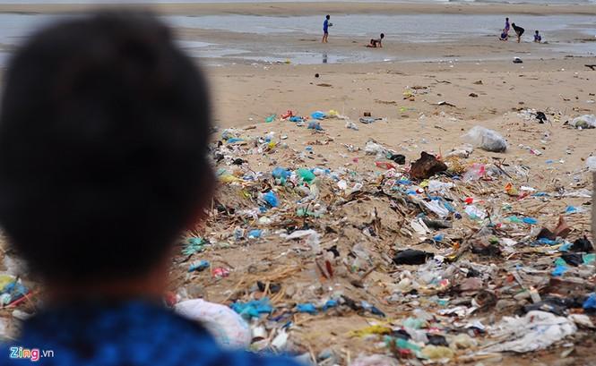 Bờ biển đẹp trở thành bãi chứa hàng tấn rác thải - ảnh 4