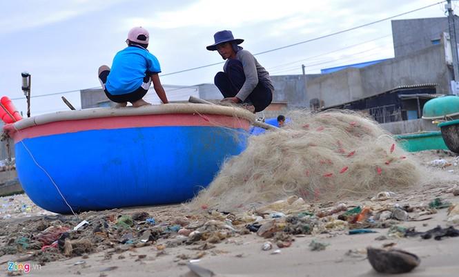 Bờ biển đẹp trở thành bãi chứa hàng tấn rác thải - ảnh 8